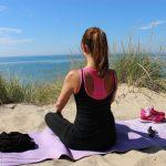 Yoga am Strand von Rügen